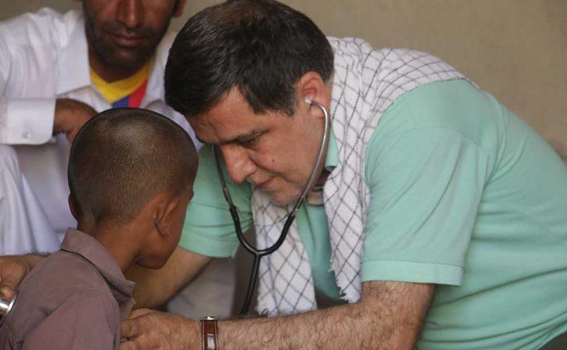 تحویل لوازم تحریر، معاینه پزشک و آموزش بازی به کودکان در منطقه محروم جنوب شرقی کشور